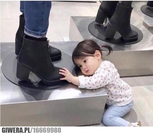 Buty,śmieszne dziecko