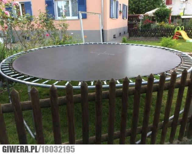 trampolina,płot,pal